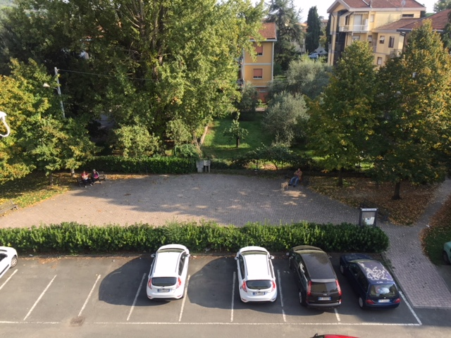 Il parcheggio davanti a casa di Natasha, le prime ore del mattino